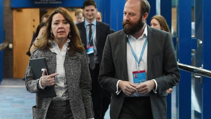 Dobbelt-exit: Theresa Mays to toprådgivere trækker sig