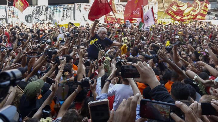 VIDEO På vej til politiet: Lulas støtter løb af med ham
