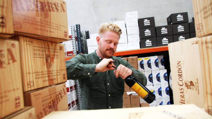 Lasse Emil blev træt af at hamre søm i: Nu rejser han Europa rundt og sælger vin med sine forældre