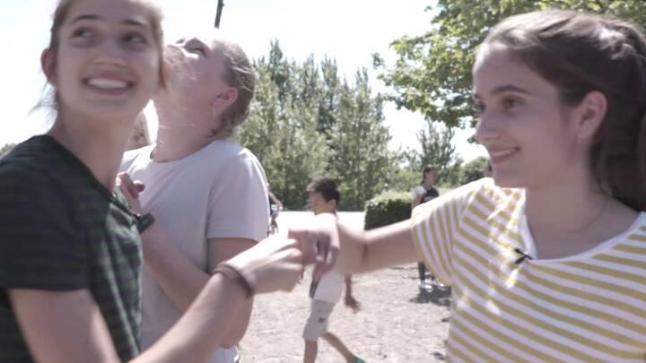 Elma og Asja sætter deres aftryk på skolen