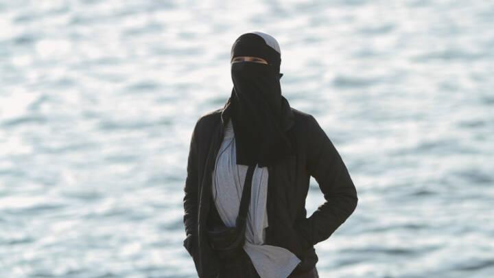 Burkaforbud fylder et halvt år: 21-årige Meryem har fået sin første bøde for at bære niqab