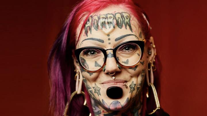 Sarah er piercet 400 gange og har hele kroppen dækket af tatoveringer: 'Jeg vil have lov at være mig selv'