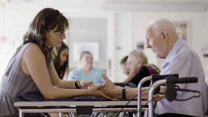 Jasmine ordner negle på 98-årige Aksel