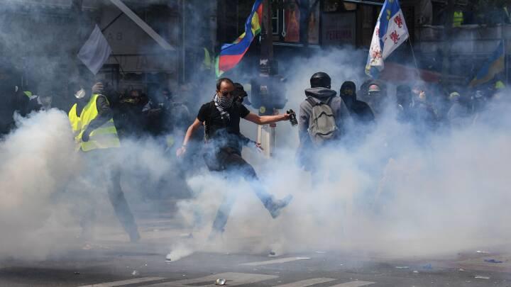 1. maj: Tåregas mod stenkastende demonstranter i Paris