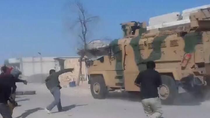 VIDEO Civile kaster sten efter tyrkisk og russisk militær