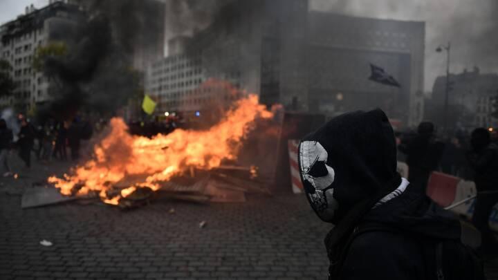 Bål i gaden i Paris på årsdagen for De gule vestes første demonstration