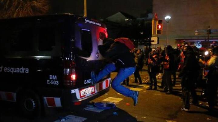 Demonstranter og politi i voldelige sammenstød under spansk storkamp