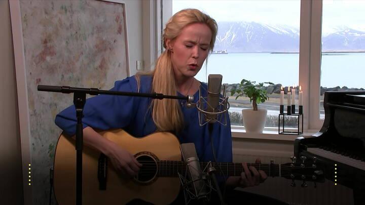 Se det smukke øjeblik: Tina Dickow synger rørende klassiker for dronning Margrethe