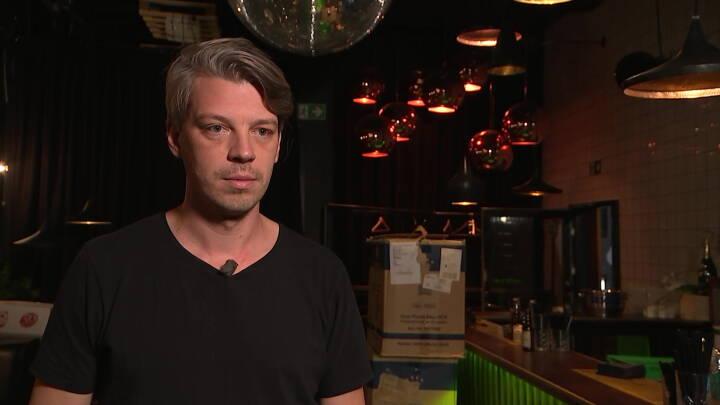 Natklubejeren Bjarke måtte fyre 100 i går: Penge fra kompensationspakker mangler stadig