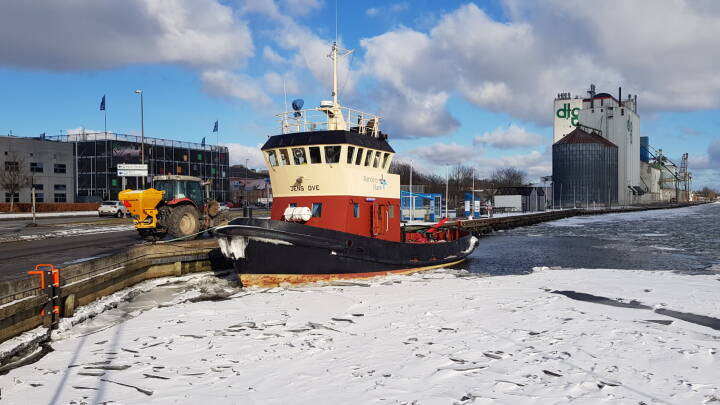 Som en overvægtig sæl knuser Jens Ove isen under maven: Frosten sender isbryderen på arbejde i Randers Fjord