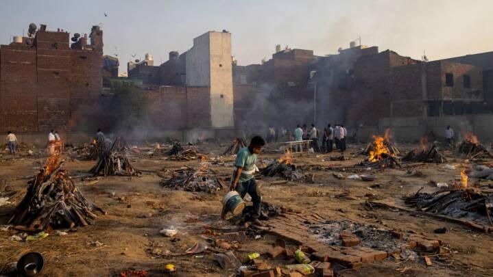 Smitteeksplosion lægger indiske hospitaler ned: Lig bliver kremeret på parkeringsplads
