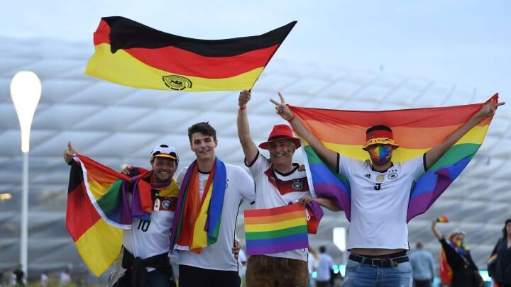 SE BILLEDERNE Sådan viste Tyskland regnbueflaget frem i går
