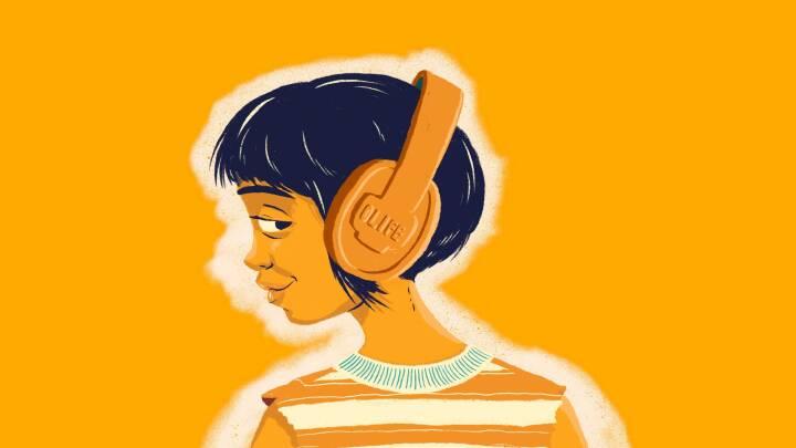 Hun har en stemme, der får dig heeelt ned i gear: Her er 7 perfekte podcasts til ferien