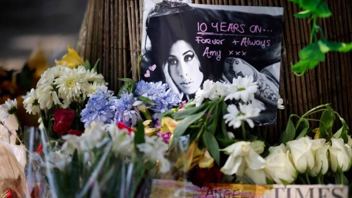Se billederne: Fans markerer tiåret for Amy Winehouses død
