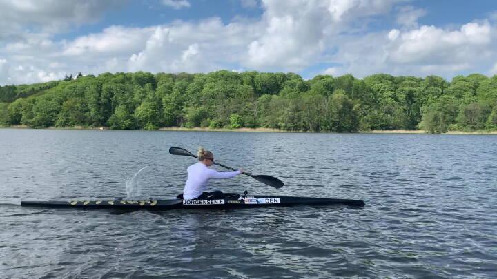 Dansk medaljehåb i firerkajak giver Bevægelsesstafetten til sin søster og træner: 'Du kender både til glæderne og nedturene ved at være kajakroer'