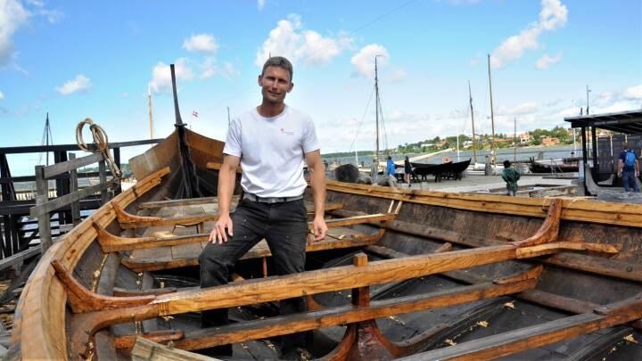 Martin bygger skibe som i vikingetiden: 'Det er vildt, hvad man kan lave med simple redskaber'