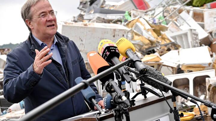 Tyske katastrofe-ofre omringer kanslerkandidat i oversvømmet by: 'Hvor bliver hjælpen af?'
