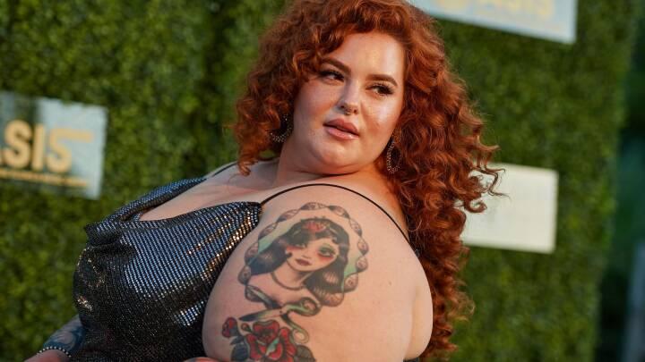 Plus size-model blev kaldt en hval af tabloidavis: Nu raser hun over deres kåring af bedste og værste strandkroppe