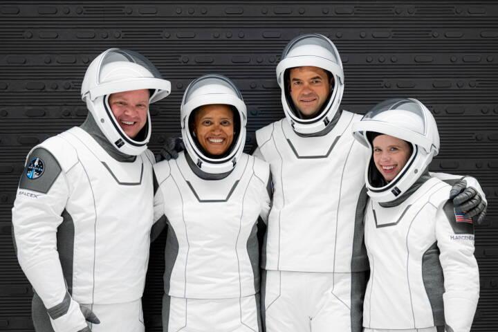 Verdens første besætning af amatør-astronauter sendes ud i rummet i nat