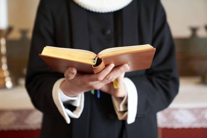 Kirken oplærer vikarer: Nu skal en jordemoder holde gudstjeneste, når præsten er syg