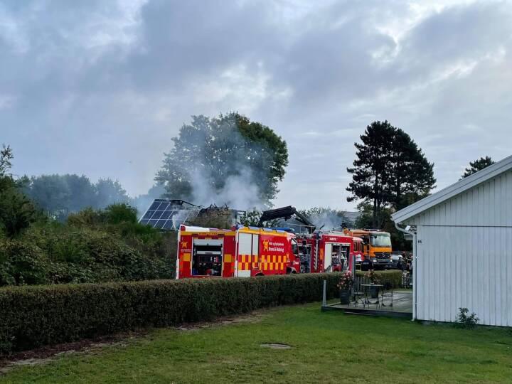 En person er fundet død efter brand på bosted på Møn