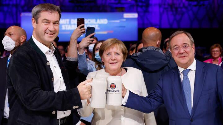I valgkampens allersidste slutspurt forsøger Merkel at give sin efterfølger et meget tiltrængt rygstød