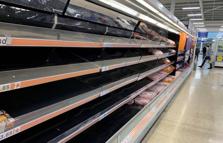 Forsyningskaos i Storbritannien udløser kæmpe køer ved tankstationen og skaber tomme hylder i supermarkedet