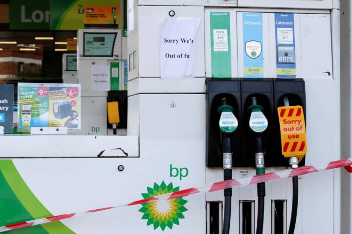 Op mod 90 procent af tankstationerne er løbet tør i de større britiske byer