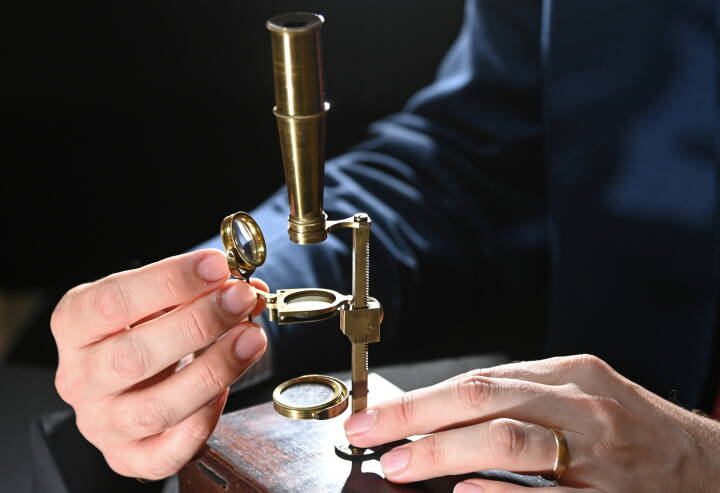 Darwin-familiens mikroskop skal under hammeren: Vurderingen lyder på flere millioner