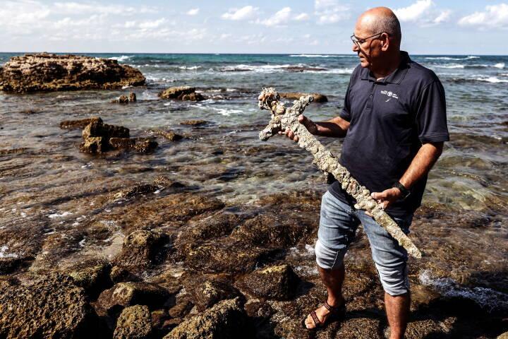 Amatørdykker finder 900 år gammelt korsfarersværd i Israel