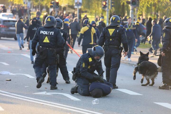 Politiet undersøger 61 sager om vold mod betjente efter Brøndby-FCK