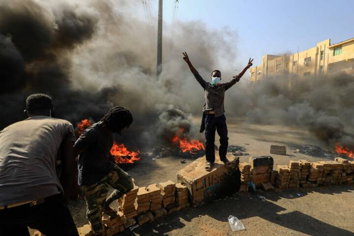 Internettet er slukket: Civile ledere siger, at militæret har lavet et kup i Sudan