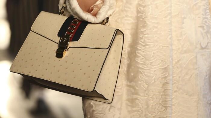372fb857c81 Denne Gucci-taske er ægte, men de færreste har råd til den ægte vare. I  stedet køber de en billigere falsk version, som regel på en rejse til  sydligere ...