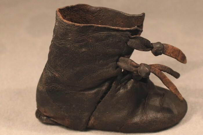 6da55f18e18 Den lille børnestøvle fra 1300-tallet har haft en tynd sål og godt med  plads til foden. Sådan så skoene også ud til voksne - og den slags sko har  fødderne ...