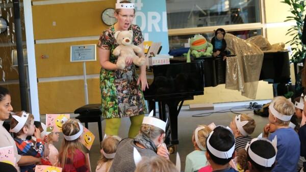 d6b1f1e0022 Musikpædagog Malene Horsfeldt havde taget tøj på, der passede til dyre-temaet  og gav den fuld gas til sangdagen. (Foto: Birgitta Præstholm og Nanna Borup)