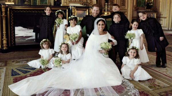 bd66e035 Brudeparret fotograferet med de ti brudebørn på slottet i Windsor.  Brudepigerne og brudesvendene bestod af børn af venner, gudbørn og prins  William og ...