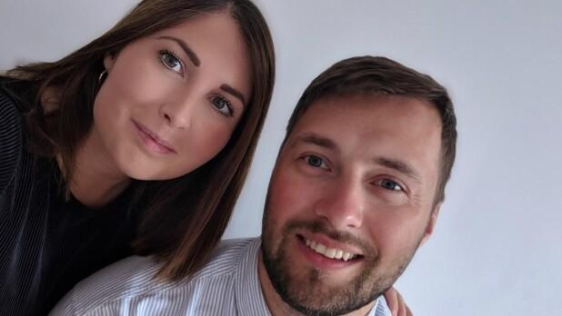 361b5faedcb0 Stephanie og Julius siger ja til hinanden på stranden  Rådhuset er ...