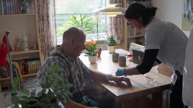 Personalet følger 76-årige Alf og de andre patienter hjem fra ...