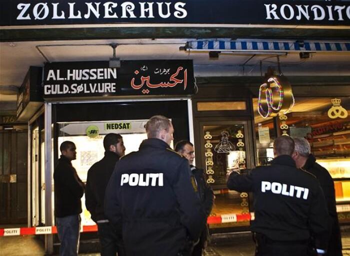 ef7b7189e4d Hele seks-syv røvere trængte sent fredag eftermiddag ind hos guldsmeden på  Nørrebrogade 176 i København og ryddede forretningen for smykker i løbet af  få, ...