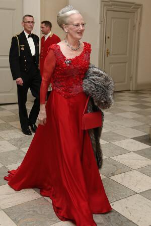 ade7158a716 Dronning Margrethe selv så fantastisk ud i sin røde genbrugskjole, som hun  havde på første gang til sin 75-års fødselsdag sidste år.