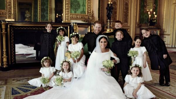 80aff5f5 Her er brudeparret fotograferet med de ti brudebørn på slottet i Windsor.  Brudepigerne og brudesvendene er børn af venner, gudbørn og prins William  og ...