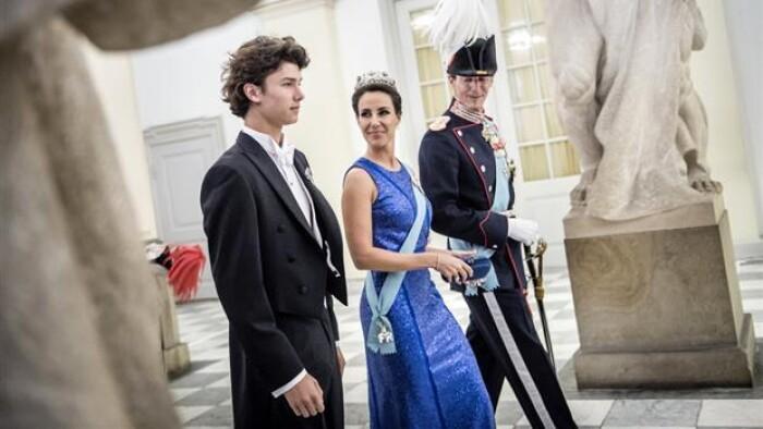 ee5a3aed Prins Nikolai var lørdag til sit første gallataffel. Prinsen, der fyldte 18  år i august 2017, er blandt 173 nye navne i Kraks Blå Bog.