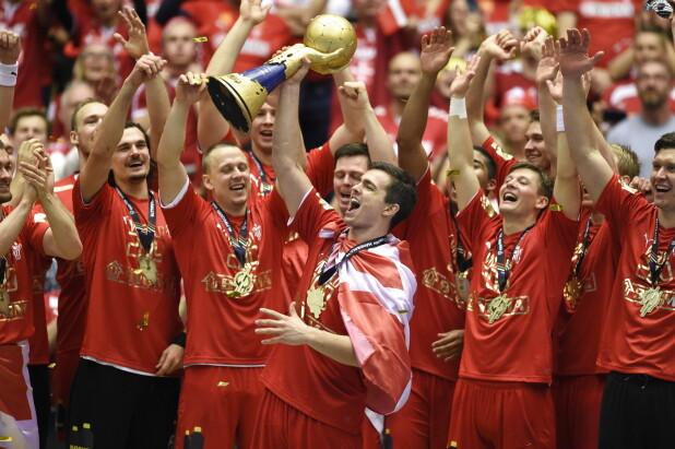 Rasmus Lauge løfter VM-trofæet efter Danmarks overbevisende sejr søndag  aften. (Foto  liselotte sabroe © Scanpix) 2e40e854bcdca