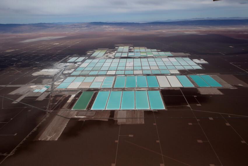 Saltvandsdamme der udgør en litium-mine i Atacama-ørkenen i Chile.