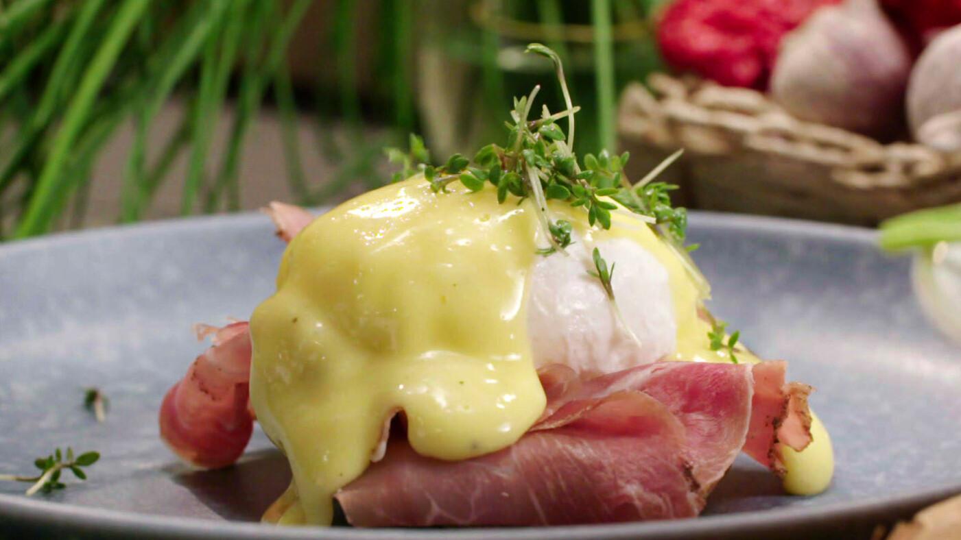 Imponér brunchgæsterne: Sådan laver du hollandaise til eggs benedict | Mad | DR