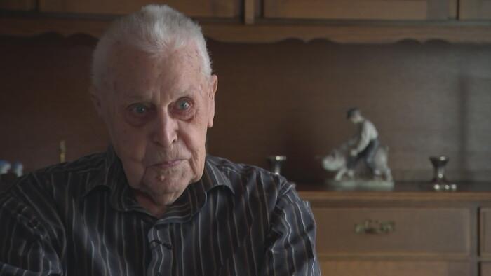 Den hundredårige der sprang ud med faldskærm: Der er ingen grund til at have planer   Indland   DR