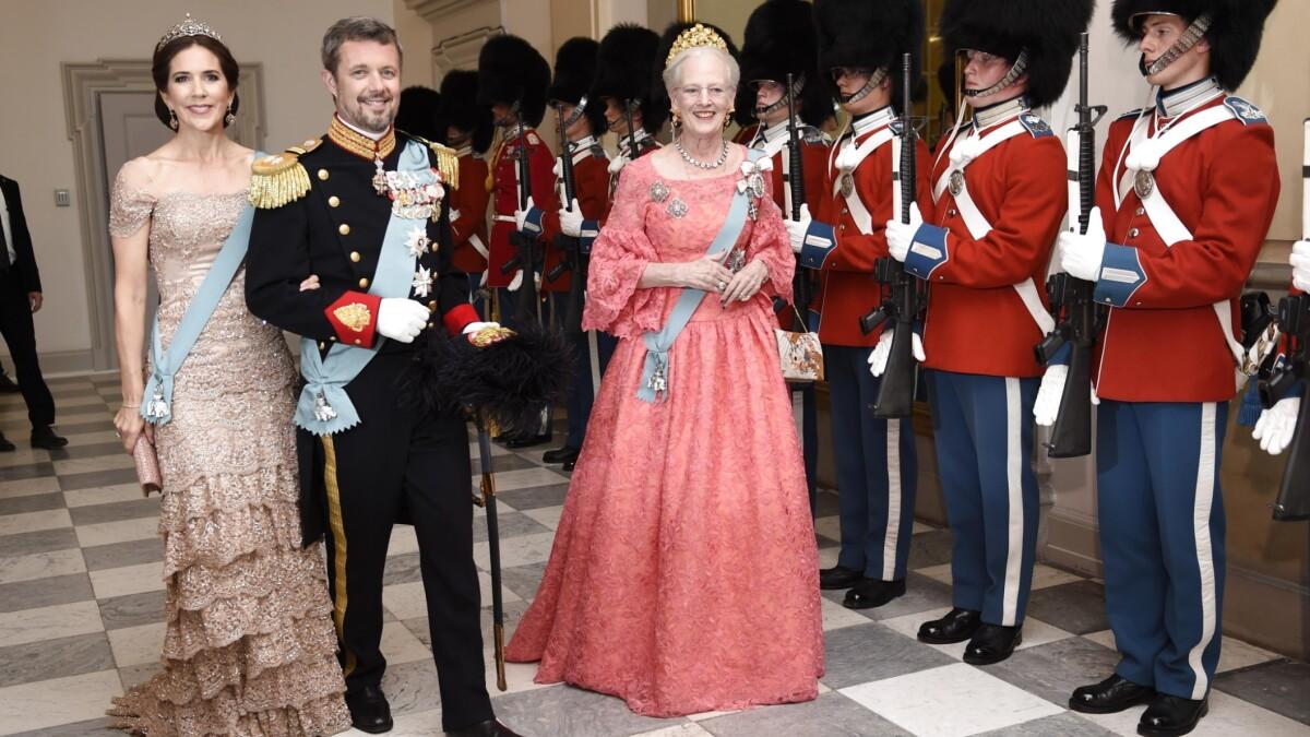 4fb32e5dedd8 Storsmilende kronprins Frederik ankommer til sin gallafest