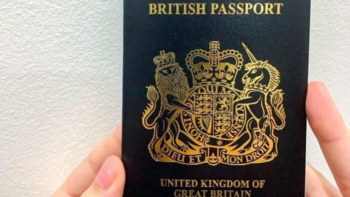 Briternes nye brexit-pas skal produceres i Polen, og...