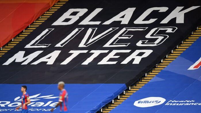 Alverdens medier citerer rapport om racistisk kommentator-slagside. Tre...