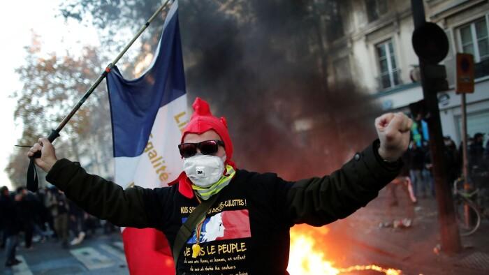 Tusinder af franskmænd går på gaden i protest...